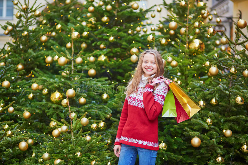 Jonge die vrouw op een straat van Parijs voor Kerstmis wordt verfraaid stock afbeelding
