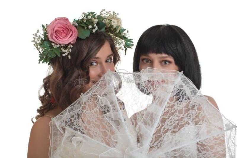 Jonge die vrouwen met kantparaplu op wit worden geïsoleerd stock afbeelding