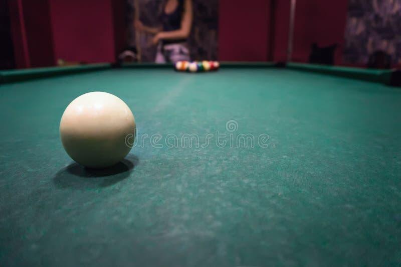 Jonge donkerbruine meisje het spelen snooker royalty-vrije stock afbeelding