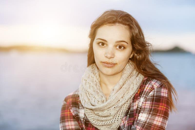 Jonge donkerbruine vrouw bij zonsondergang royalty-vrije stock fotografie