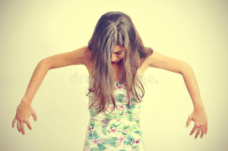 Jonge donkerbruine vrouw die eigentijdse dans uitvoeren stock foto's