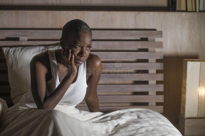 Jonge droevige gedeprimeerde zwarte Afrikaanse Amerikaanse vrouw in slapeloosheid van het de depressieprobleem van het bed slapel royalty-vrije stock foto's