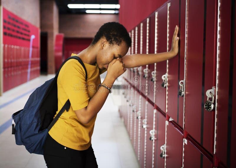 Jonge droevige student op de gang stock fotografie