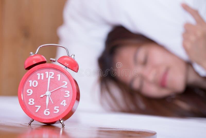 Jonge droevige vrouw die aan slapeloosheid lijden en proble wanorde slapen stock foto's