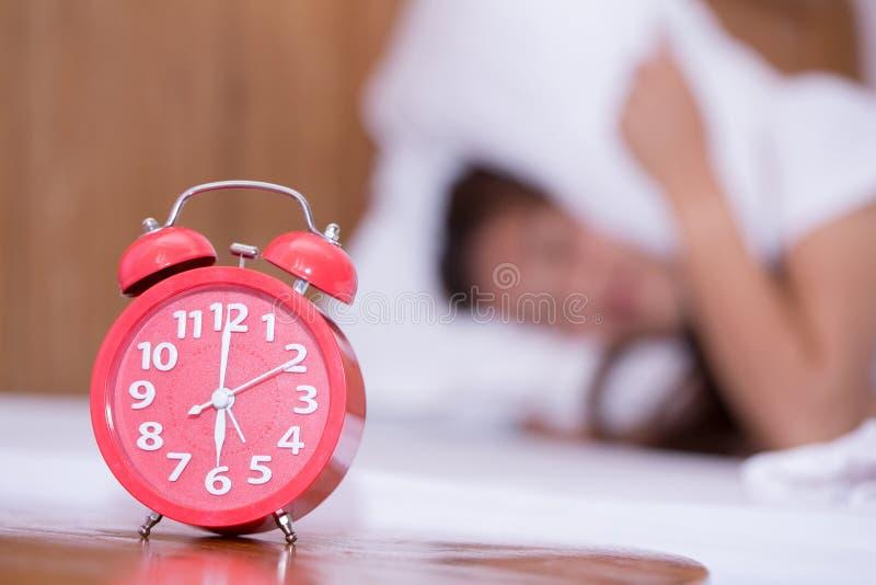 Jonge droevige vrouw die aan slapeloosheid lijden en proble wanorde slapen royalty-vrije stock afbeelding