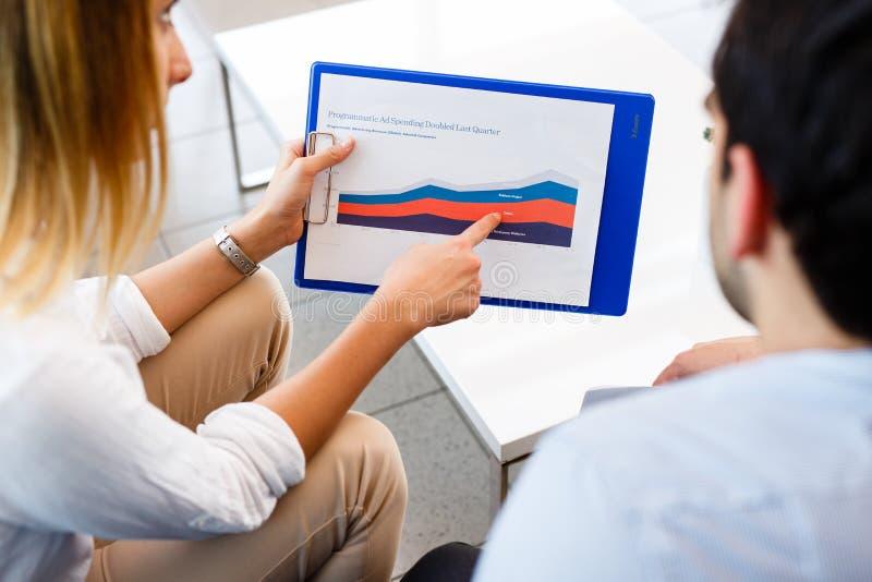 Jonge economen die de grafiek analyseren royalty-vrije stock afbeelding