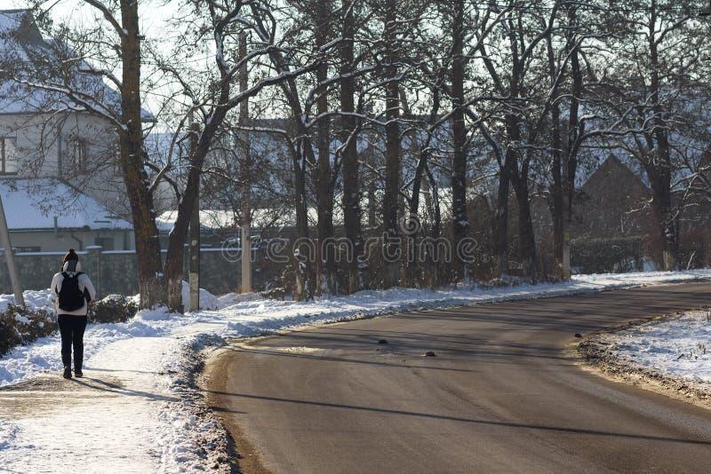 Jonge eenzame persoon die op oude lege weg lopen stock afbeelding