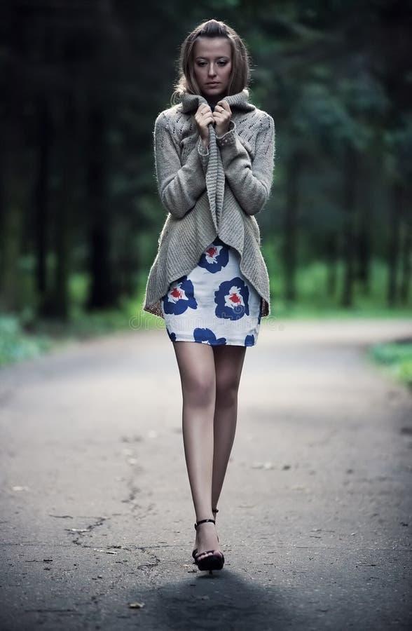 Jonge eenzame vrouw stock afbeelding
