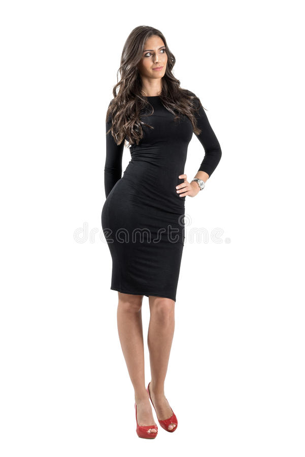 Jonge elegante dame die in zwarte kleding weg kijken royalty-vrije stock afbeelding