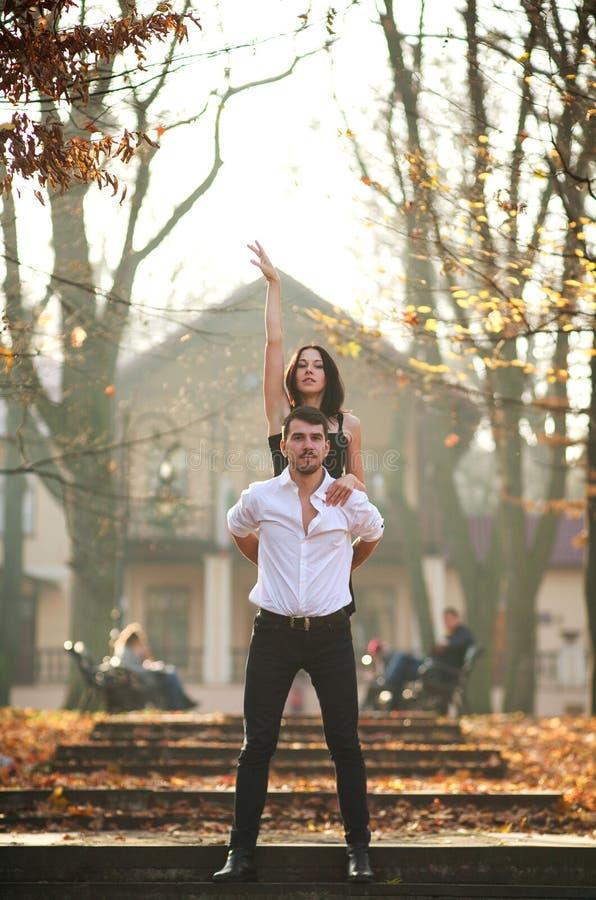 Jonge elegante paar passionately het dansen tango in stadspark stock afbeeldingen