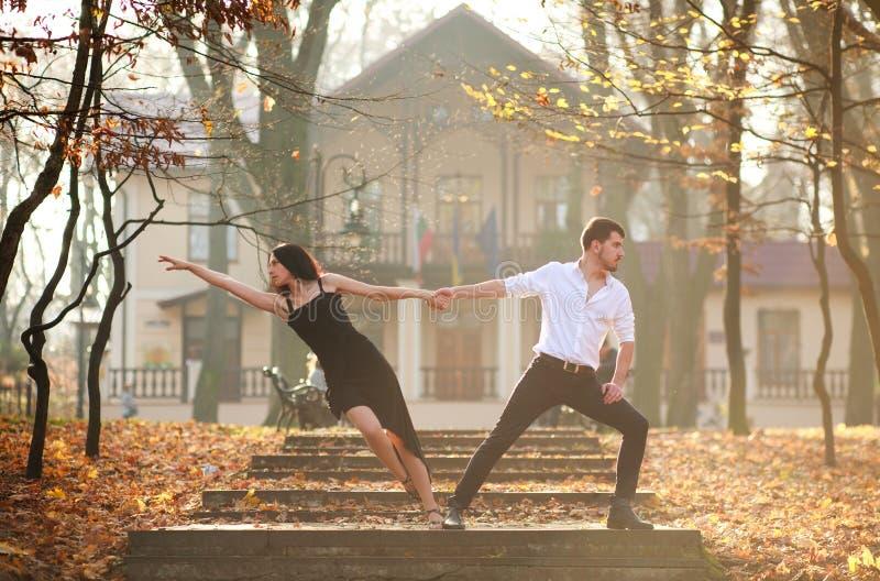 Jonge elegante paar passionately het dansen tango in stadspark royalty-vrije stock foto's