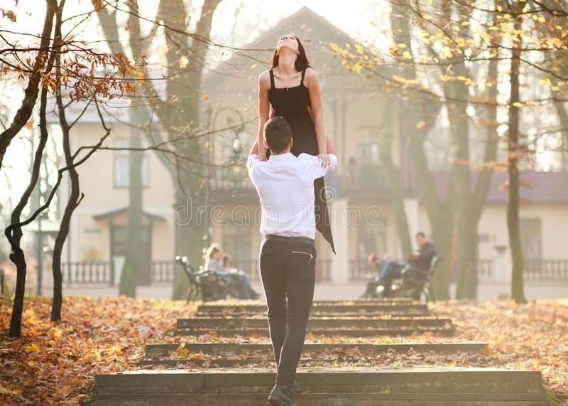 Jonge elegante paar passionately het dansen tango in stadspark stock afbeelding