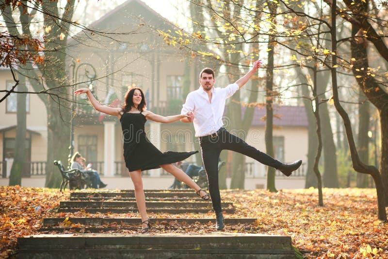 Jonge elegante paar passionately het dansen tango in stadspark stock foto's