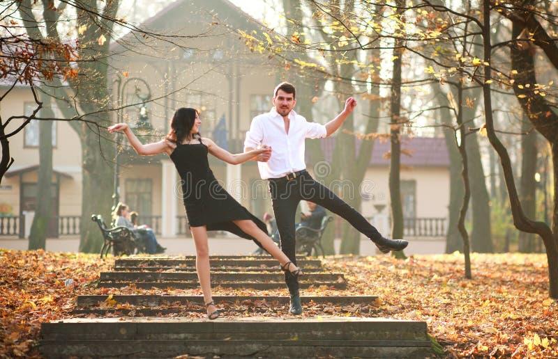 Jonge elegante paar passionately het dansen tango in stadspark royalty-vrije stock afbeeldingen
