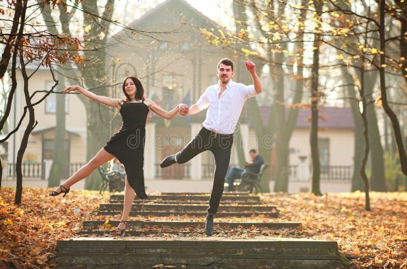 Jonge elegante paar passionately het dansen tango in stadspark stock foto