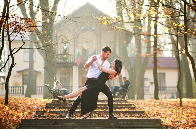 Jonge elegante paar passionately het dansen tango in stadspark stock fotografie