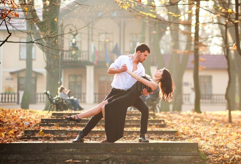 Jonge elegante paar passionately het dansen tango in stadspark royalty-vrije stock foto