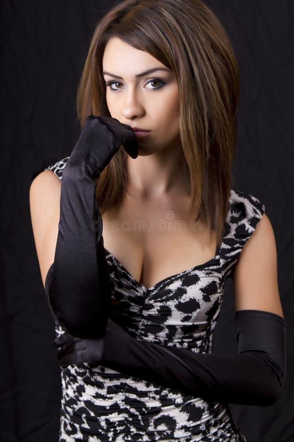 Jonge elegante vrouw die opgedirkte handschoenen draagt royalty-vrije stock fotografie