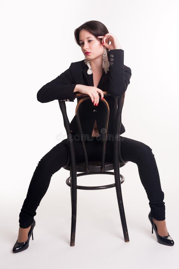 Download Jonge Elegante Vrouw Op Stoel Stock Foto - Afbeelding bestaande uit stoel, schitterend: 29502930