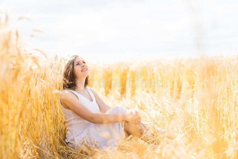 Jonge, emotionele en gelukkige vrouw in een weide van rogge stock afbeeldingen