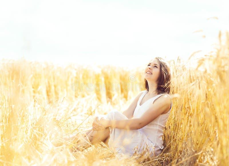 Jonge, emotionele en gelukkige vrouw in een weide van rogge mooi g stock foto's