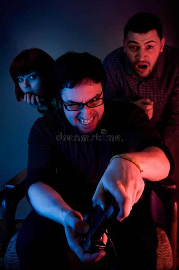 Jonge emotionele mens het spelen videospelletjes stock foto's