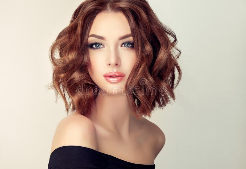 Jonge en aantrekkelijke bruine haired vrouw met modern, in en elegant kapsel stock fotografie