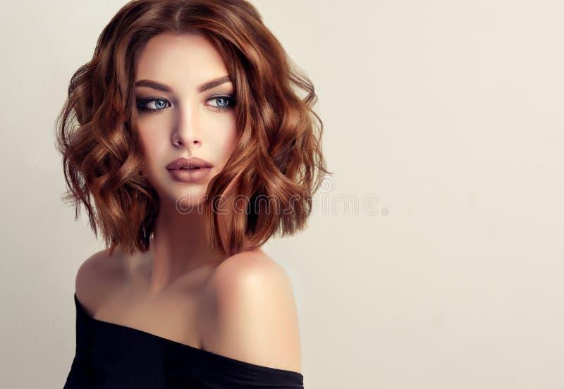 Jonge en aantrekkelijke bruine haired vrouw met modern, in en elegant kapsel stock foto's