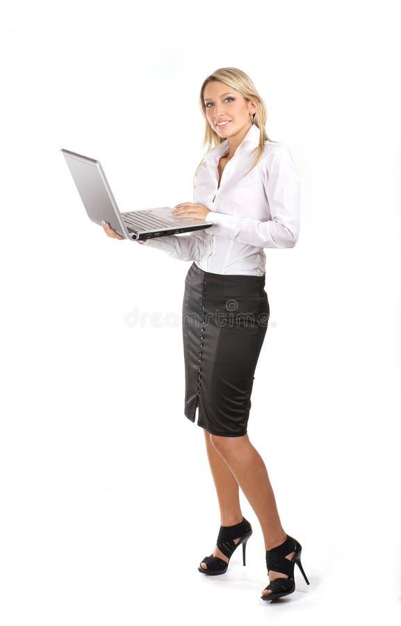 Jonge en aantrekkelijke onderneemster met laptop royalty-vrije stock fotografie
