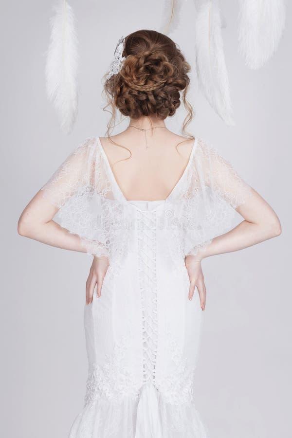 Jonge en dromerige bruid in een luxueuze kleding van het kanthuwelijk stock afbeeldingen