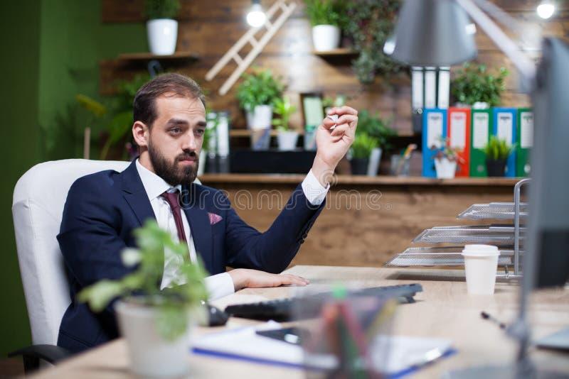 Jonge en elegante zakenman die hard in zijn bureau werken royalty-vrije stock foto's