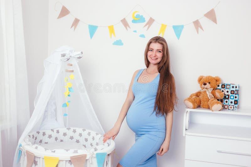 Jonge en gelukkige zwangere vrouw die een baby verwachten royalty-vrije stock afbeeldingen