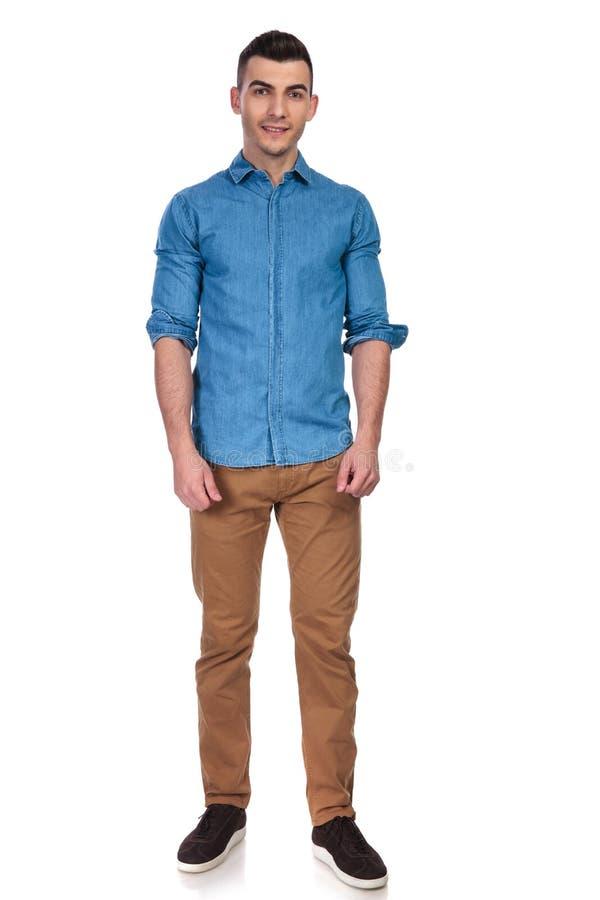 Jonge en knappe mens die blauwe overhemd status dragen royalty-vrije stock foto's
