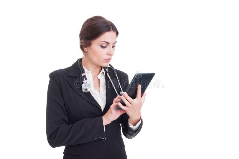 Jonge en moderne vrouw arts die draadloze tabletpc met behulp van royalty-vrije stock afbeelding