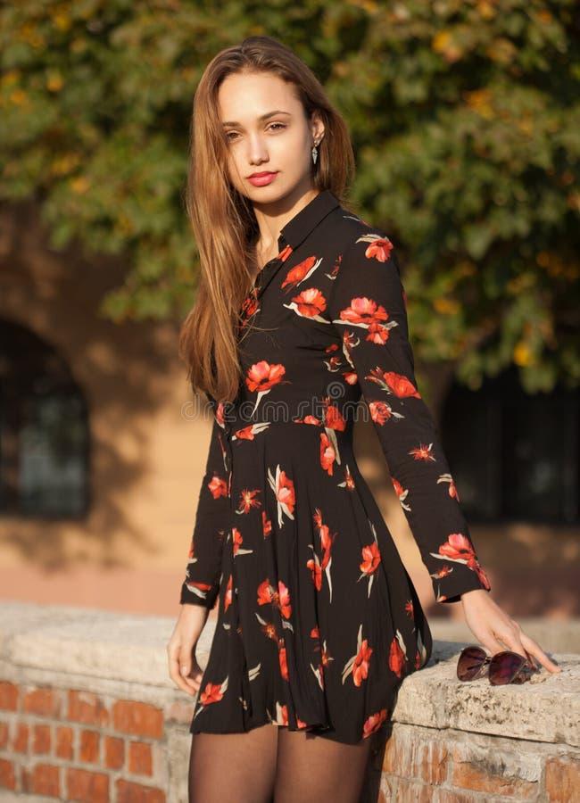 Jonge en modieuze brunette royalty-vrije stock foto's