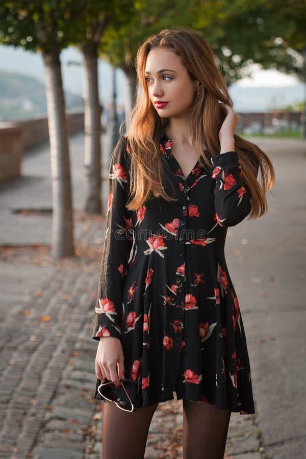 Jonge en modieuze brunette royalty-vrije stock fotografie