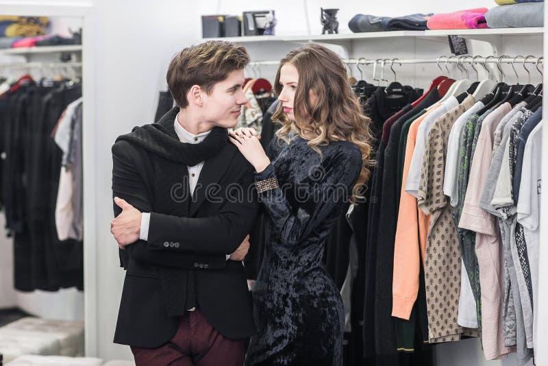 Jonge en modieuze paar het winkelen kleren stock foto's