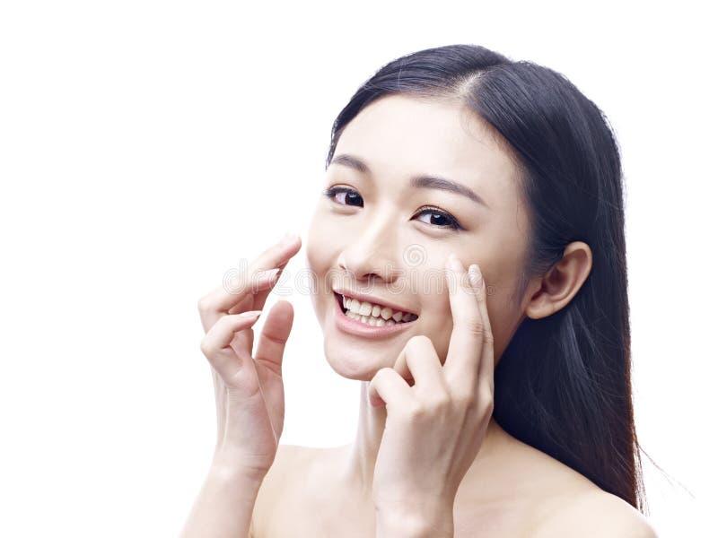 Jonge en mooie Aziatische vrouw royalty-vrije stock afbeelding