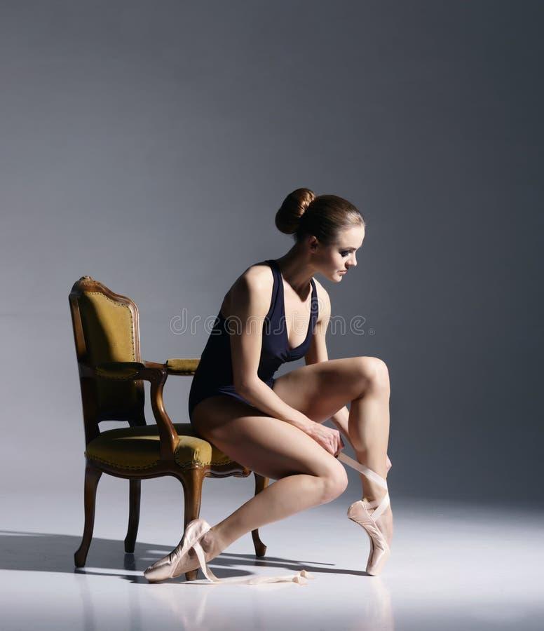 Jonge en mooie ballerina met een perfect lichaam stock foto