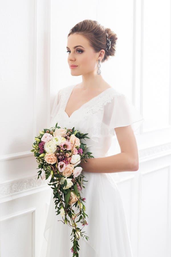 Jonge en mooie bruid met boeket royalty-vrije stock afbeelding
