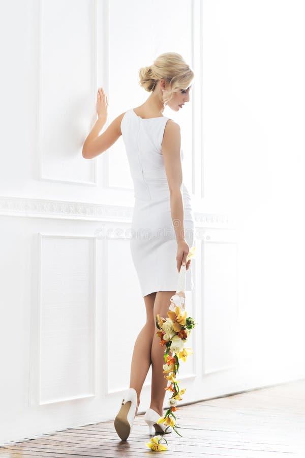 Jonge en mooie bruid in witte kleding stock foto