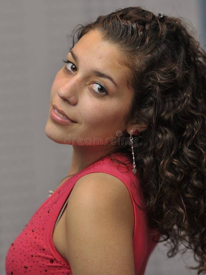 Jonge en mooie Latijnse vrouw stock foto