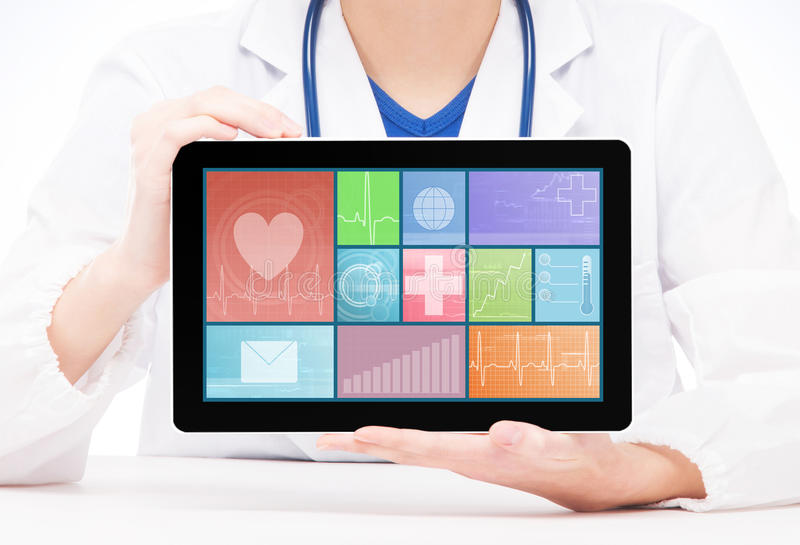 Jonge en professionele vrouw arts met een tablet stock afbeeldingen