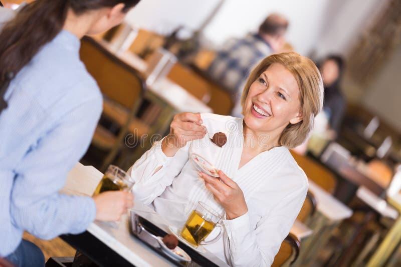 Jonge en rijpe vrouw in coffee-house royalty-vrije stock foto