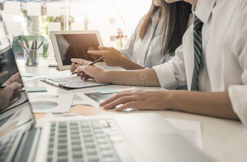 jonge en slimme medewerkers die laptop computer en tablet gebruiken toget royalty-vrije stock afbeelding