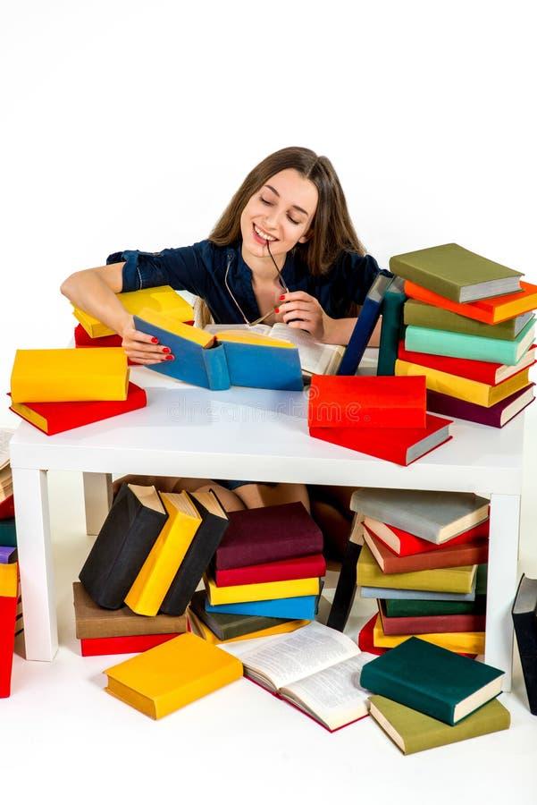 Jonge en slimme meisjeszitting en lezing royalty-vrije stock foto's
