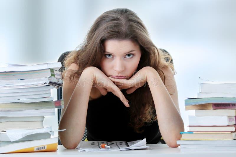 Jonge en vrij vrouwelijke student met boeken stock afbeeldingen