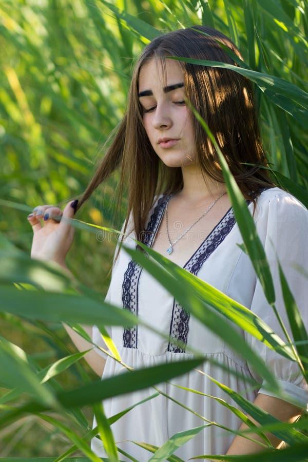 Jonge engelen mooie vrouw wat betreft haar haar met hand royalty-vrije stock foto's