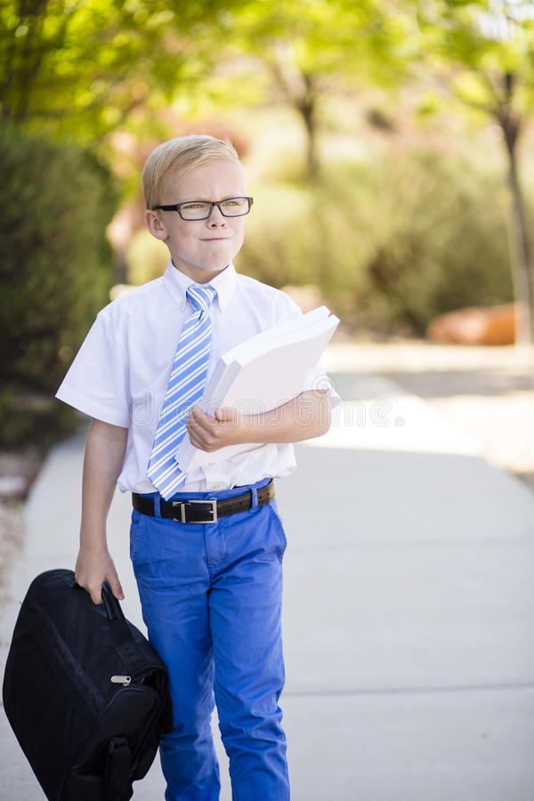Jonge ernstige zakenman dragende aktentas om te werken stock afbeelding