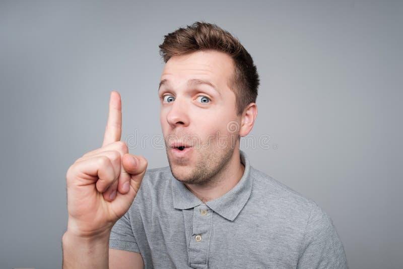 Jonge Europese knappe mens die wijsvinger tonen Hij heeft prachtig idee royalty-vrije stock afbeelding